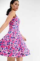 Nachhaltige Sommer Mode für Frauen 2021: buntes Kleid